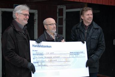 Ridklubbens ordförande Göran Nordh fick ta emot en check av kommunstyrelens ordförande Christer Johansson (M) och kommunstyrelsens vice ordförande, Peter Rosholm (S).