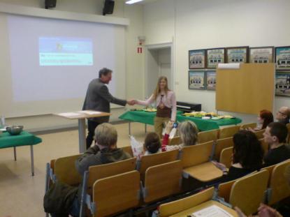 Rektor Hans Hultin överlämnar CAE diplom
