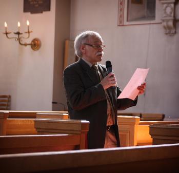 Per Thunarf presenterar sitt program för öppningskonserten i S:ta Clara kyrka