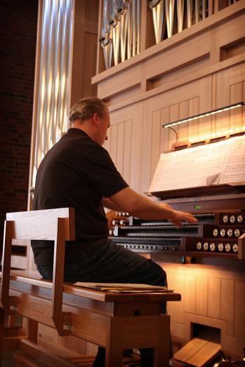 Per Jansson spelar på den nya orgeln i Vantör