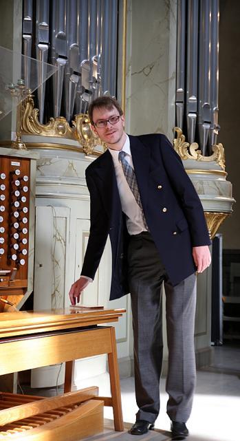 Marcus Torén på väg att spela efter att ha berättat om orgeln i Hedvig Eleonora kyrka