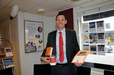 Anders Bjärsvik, chef för Swedbank Sjuhärads kontor i Bollebygd tar gärna emot bidrag till Världens Barn.
