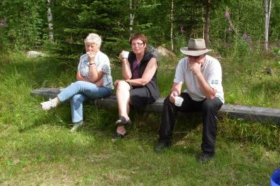 Gun, Anki och Björn fixade fika vid fäbodvallen. Provsmakade också innan vandrarna kom.