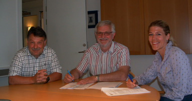 Kommunchef Lennie Johansson, kommunstyrelsens ordförande Christer Johansson och Susanna Strand från Strand AB. Alla ser nöjda ut efter avslutad affär.