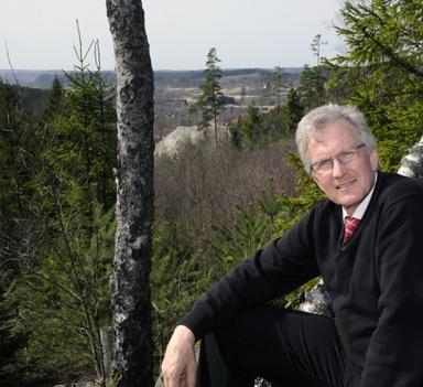 Jan-Erik Eskilsby visar utsikten från området Uppegård.