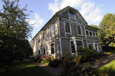 Drygt 400 kvadratmeter rymmer det stora huset mitt i byn