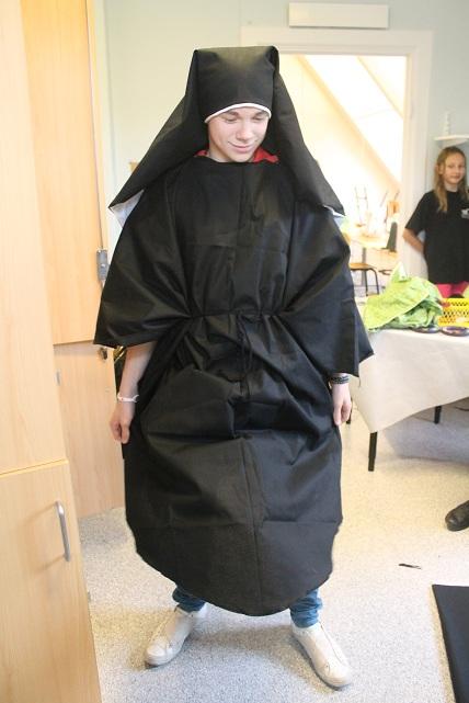 Vilmer ställde upp som modell för en dag och förvandlades till nunna!