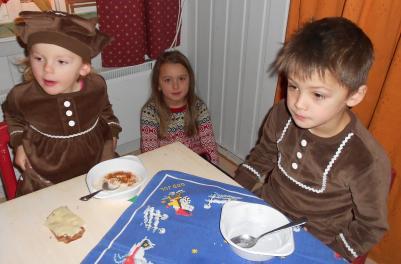 Elma, Isa och Milo äter också av gröten.