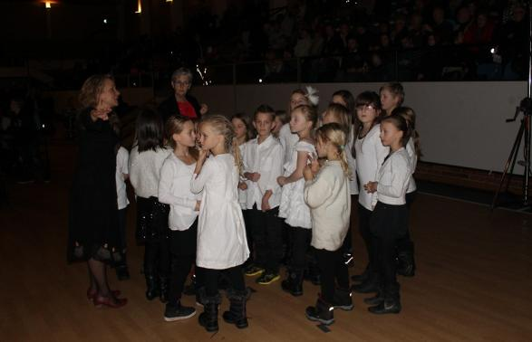 Här och var samlas grupper av förväntansfulla barn strax innan julkonsertens start.