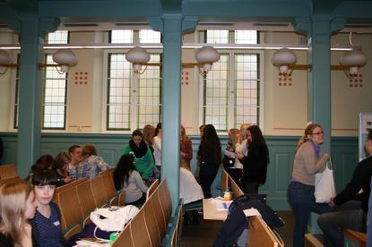 Engagaerade gruppdiskussioner i aulan