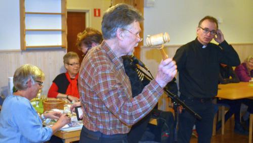 Lasse Andersson fick fina bud och åhörarna på gott humör, Ingrid Nordlöf skrev och Mats Hallin skickades ut på långtur, med brödpåsarna