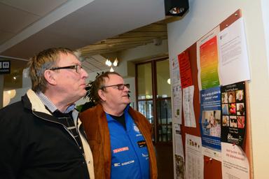 Kjell Richardsson, ordförande i PRO i Bollebygds kommun och Bernt Andersson läser meddelandet om stängningen av gymmet i Bollegårdens källare.<br />–Ett märkligt beslut och varför med så kort varsel, undrar både Kjell och Bernt.