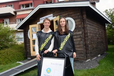 Anders Simonsson och Saga Hallberg tar emot förtidsrösterna i kommunen valstuga som är placerad framför kommunkontoret i Bollebygd.