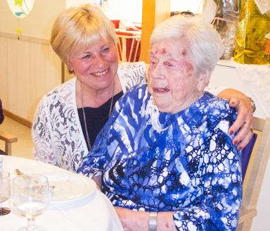 Dottern Anja Lindholm såg till att mamma Anna-Britta blev Bollebygdsbo för fyra år sedan.<br />Båda trivs bra i Bollebygd.