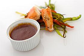 Sötsur-sås.  Vitlök  2.0 klyftor  Ingefära  1.0 cm  Jordnötsolja  1.0 msk   Ketchup  2.0 msk  Aprikossylt  2.0 msk  Worcestershiresås  1.5 msk  Tabascosås  1.0 tsk  Ättikssprit (12%)  2.0 tsk  Vatten  1.0 dl  Salt & peppar    Ger 2,5 msk sås/portion  Ingredienser (4 port.)     Instruktioner 1. Skala och finhacka lök och ingefära. 2. Bryn hacket med lite olja i en kastrull på medelhög värme i cirka 3 minuter. 3. Tillsätt ketchup och övriga såsingredienser. Låt det småkoka i 15 min tills det tjocknat något. Sila såsen genom ett såll.