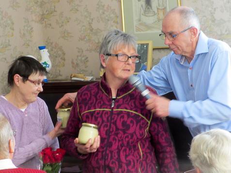 Två personer som också uppmärksammades var systrarna Birgitta och Ing-Marie Nilsson som bidragit med en penningåva för upprustning av Ingaryds kök.<br />Här tackas de med Ingarydshonung och en blomsterbukett.
