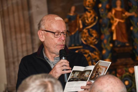 Bertil Hanberger, före detta kyrkoherde i Bollebygd visar en brochyr som han och Torsten Norrfjärd tog fram i början av 2000-talet.