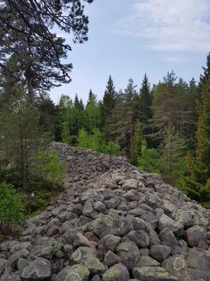 Den mäktiga fornborgen i Salsta från folkvandringstid (400-550)