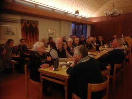 <span>Några av medlemmarna samlade kring långborden i Frösve församlingshem</span>