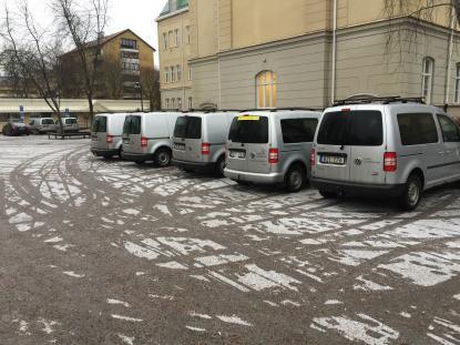 Sju grå bilar som tagit sig rätten att parkera på skolgården