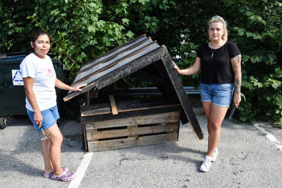 Lucia Jakobsson och Beatrice Malmbon Lång framför det som en gång var<br />taket på barnens kiosk.
