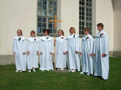 2008's konfirmander i Ullånger och Vibyggerå församlingar: fr.v. Rebecka Wigren, Marielle Buhr, Pernilla Rydalm, Maria Backlund, Linnea Nyberg, Joel Steimer och Kim Widmark.