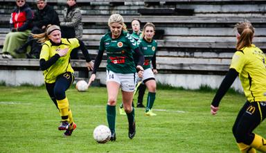 Julia Andersson driver spelet mot Östadskulles målområde.