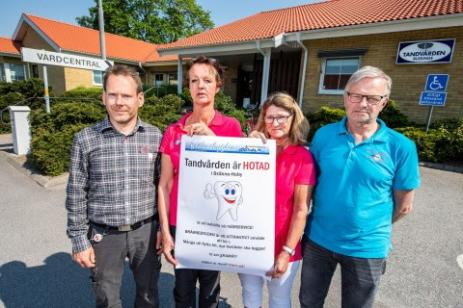 Johan Ohlsson (ICA) samt Aline Nysingh, Kristina Volgast och Ola Pagels (Bygd i Samverkan) är nöjda med uppslutningen för att bevara tandvårdskliniken i Bräkne-Hoby.