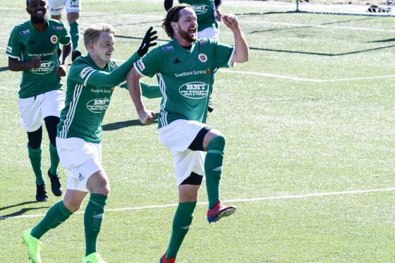 Glädjen efter att HIF gjort 2-1 mot gästande IK Vrigo.