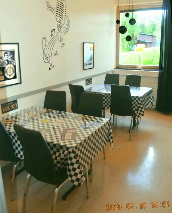 I baren har Elvis Presley och vid fönstret Maryline Monroe fått ett bord...