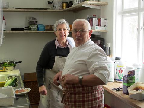 I det nyinredda köket huserade Nils-Olof Bengtsson som kökschef med god hjälp av några av föreningens medlemmar.
