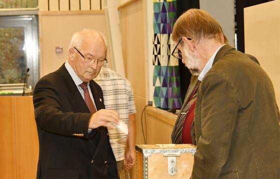 Här röstar fullmäktigeordförande Peter Hemlin (M).