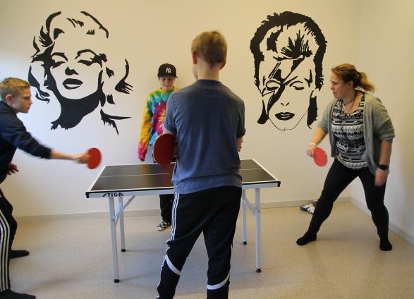 Sara spelar effektivt och målinriktat med graciösa rörelser, och släpper aldrig bollen med blicken.