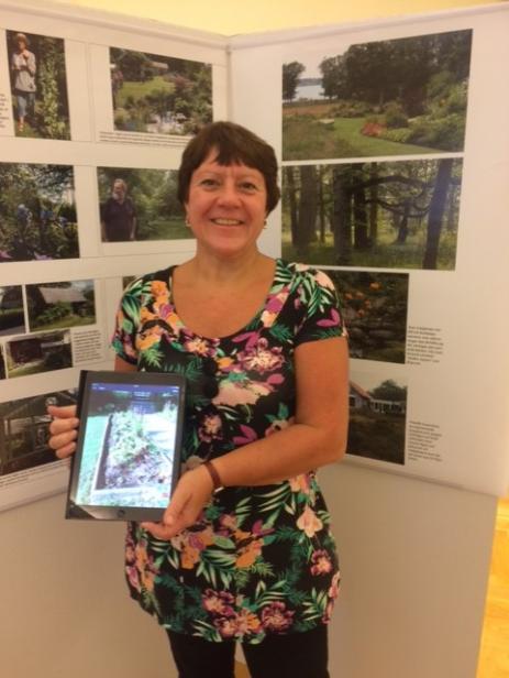 Anneli Mattsson visade den nya trädgårdsappen som gör det lätt att hålla ordning på sina blommor och växter i trädgården.
