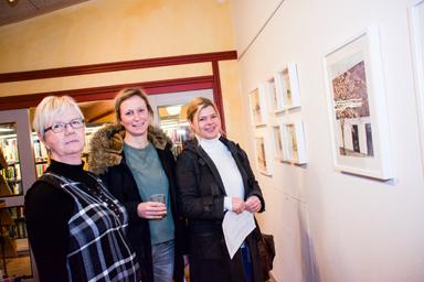 Christina Björck, här tillsammans med Elisabeth Sundell och Charlotte Simon från Sandared respektive Borås. Elisabeth och Charlotte är två av Christinas åtta målarkollegor som träffas och målar var fjortonde dag.