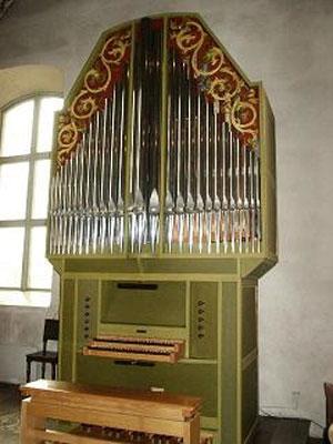 Dingtuna kyrkas kororgels spelbord och fasad: 1998 Ove Hedlund, Mälardalens Orgelbyggeri, Västerås. 10 stämmor + 2 transmissionskoppel. Elektropneumatisk. Hylsvintillådor.