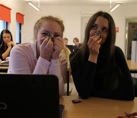 Lovis och Armina sitter och njuter av chokladkakor!