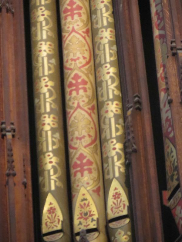 Totempålar eller ett pipfält i Ely-katedralens orgelfasad