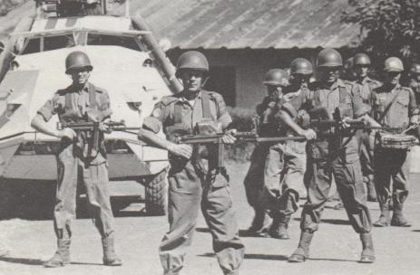 Svenska FN-soldater med den populära KP-bilen i bakgrunden.