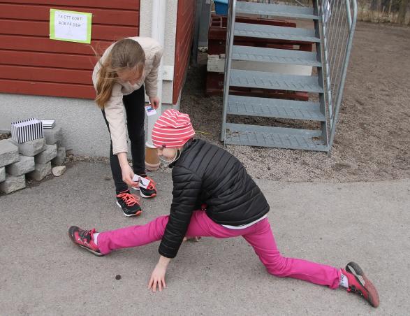 Att röra på sig är viktigt. Vid ena husknuten kunde man dra ett aktivitetskort och följa intstruktionerna.