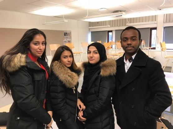 Nermin Abdullatif, Vanessa Redzep, Kabas Al-shimmari och Ayaanle Mohamad hoppas att alla som får rösta i valet till ungdomsfullmäktige verkligen använder sin röst. På bilden saknas Elisabeth Ericsson.