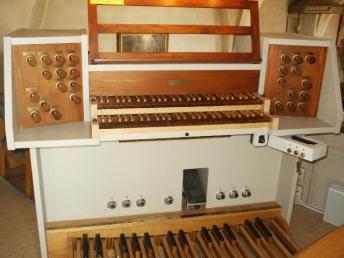 Barkarö, spelbordet: 1995 Ove Hedlund, Mälardalens Orgelbyggeri, 18 stämmor + 3 transmissonskoppel, 253 setzerkombinationer, Elektropneumatisk, Rundbälgslådor.