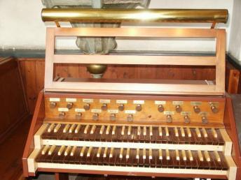 Barkarö, spelbord kor: 1995 Ove Hedlund, Mälardalens Orgelbyggeri. Korspelbordet saknar pedal men har Subbas 16´ i manual, elektrisk spelöverföring.