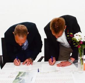 Här skriver Stefan Söderkvist från Stefan Söderkvist Fastighetsbolag AB och Peter Rosholm (S) under ett gemensamt utvecklingsavtal för området Forsa i Bollebygd. En del av kommunens utvecklng mot Rävlanda och Härryda kommun.