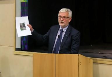 Christer Johansson (M) med den smygtagna bilden som Stefan Edvardsson (FR) valde att visa upp vid fullmäktigemötet i november.