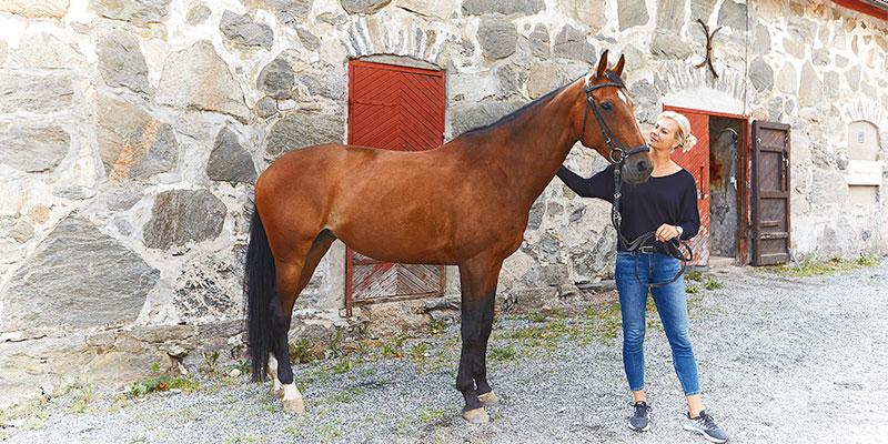 Boråshoppet i helgen. Ridhuschef Sara Eriksson har tagit med sig ridskolehästen Arwen ut för fotografering.