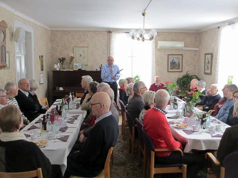 Förrätten har kommit på bordet. Gästerna väntar tålmodigt medan Roland Gunnarsson informerar.
