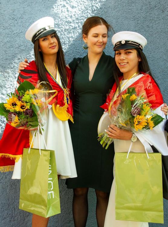 De blivande juristerna Artjola Mata och Neda MOhamed Ali tillsammans med Vinges Stina Karinsdotter. På bilden saknas Diana Kadir, som också fick ett mångfaldsstipendium.