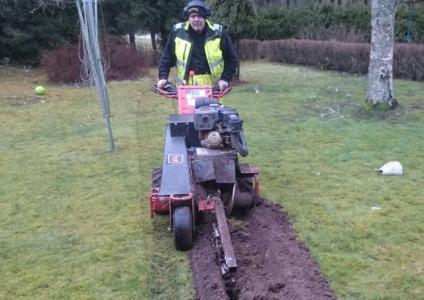Så har liten är grävaren som skall användas i trädgårdarna i Väring när det byggs fibernät.