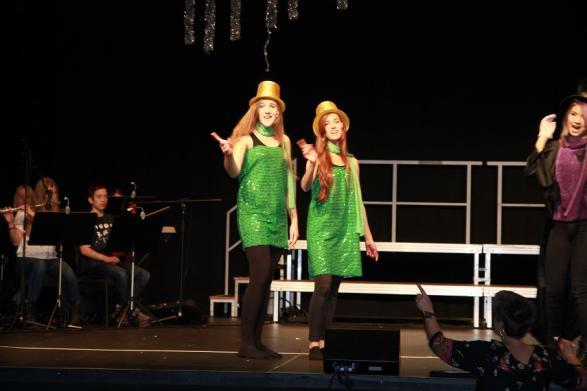 Jonna och Vilma sjunger på genrepet.
